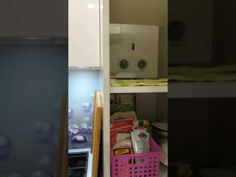Кухня 5кв с газовой колонкой и огромным счётчиком газа.
